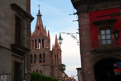 Asomndose a la plaza (Brujo+) Tags: mxico colonial catedral sanmigueldeallende guanajuato mx gtica pueblomgico