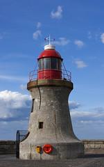 Tynemouth south (farowright70) Tags: ocean light sea england lighthouse tower water canon river ian faro coast waves tyne guide farol fin beacon tynemouth phare hazard fyr leuchtturm newcastleupontyne breakwater faros ianwright fyret  newcaste  fyrtrn  majakka goleudy   tynesdie finwright seninel finwrightphotographycouk vuurtor mercu suar  deniz feneri