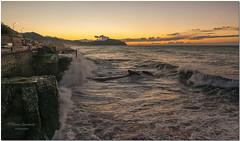 Quando il nuovo giorno si affaccia con tutta la sua prorompente bellezza. (maurob_1454) Tags: alba genova aurora quinto salsedine mareggiata libeccio maremosso marosi iodio icoloridellanatura ventodimare ondespumeggianti albaaquinto mareggiataaquinto ondesullascogliera auroraconmareggiata