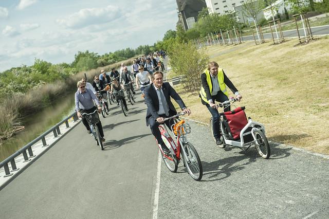 Burkhard Jung leads the bike tour