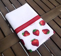 Pano de prato com barrado de tecido com estampa de morango (Ateliê da Russa) Tags: morango panodeprato panodecopa