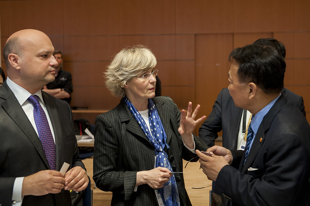 František Palko (l), Monika Heiming (c) and Il-ho Yoo (r) conversing at the roundtable