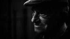 (Diego Epstein) Tags: portrait blackandwhite blanco smile hat nikon y retrato negro elderly elder baja sonrisa sombrero nikkor anciano lowkey d600 clave f14g 50mmf14g