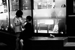 Ikebukuro by night - quality time (uaru.amphiacantoides) Tags: street people japan night noir noiretblanc meeting jp ikebukuro streetphoto date intimate  2016 japonia