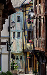 Rue Gnral Saussier. Troyes (jjcordier) Tags: troyes champagne maison rue lampadaire colombage aube