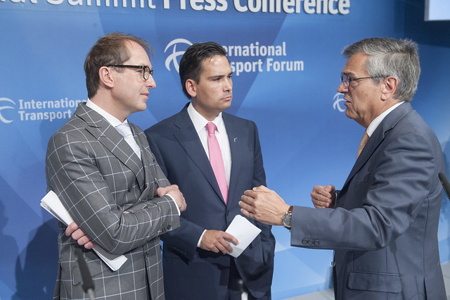 Alexander Dobrindt (l), Simon Bridges (c) and José Viegas (r) in discussion