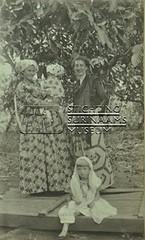 Groepsportret twee vrouwen, twee kinderen
