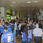 Aficion azul en la terminal de llegadas thumbnail