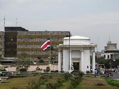 """San José: le drapeau du Costa Rica devant les bâtiments du Pouvoir Judiciaire, juste à côté de notre hostel <a style=""""margin-left:10px; font-size:0.8em;"""" href=""""http://www.flickr.com/photos/127723101@N04/26765010902/"""" target=""""_blank"""">@flickr</a>"""