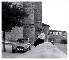 Formas de esperar (Imati) Tags: mamiya trix pueblo iglesia rbol 1970 espera hombre c330 doscaballos