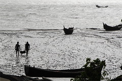 Fishermen return (I.M.W.) Tags: silhouette river boats dawn boat fishing fishermen mud tide estuary mangrove bangladesh carrying teknaf naafriver