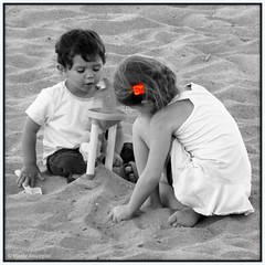 La barrette orange (bleumarie) Tags: carr formatcarr orange couleurslective enfant portrait sable plage vacances t loisirs jeu jeudenfant jeuxdenfants petitefille petitgaron ensemble deux 2 jouer noiretblanc fabuleuse
