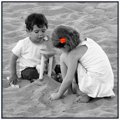 La barrette orange (bleumarie (+ de 3 000 000 vues. Merci !)) Tags: carr formatcarr orange couleurslective enfant portrait sable plage vacances t loisirs jeu jeudenfant jeuxdenfants petitefille petitgaron ensemble deux 2 jouer noiretblanc fabuleuse