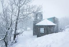 Die Gangolfskapelle im Schneesturm (Kevin Chileong Lee) Tags: schnee winter berg de deutschland hessen natur kirche landschaft stein baum mauer sturm mittelalter milseburg gangolfskapelle hofbieber