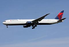 N828MH (JBoulin94) Tags: uk england london john airport heathrow delta international boeing airlines lhr egll 767400 boulin n828mh