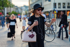 In the flow (graveur8x) Tags: street light summer portrait people music woman sun hat sunglasses canon germany hair bag deutschland cool phone frankfurt candid streetphotography gril strase canoneos5dmarkii
