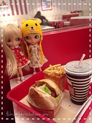 """Cora, Krystal e um""""lanchinho básico"""" no shopping..."""