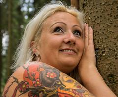 J. (neerod81) Tags: trees portrait woman smiling forest reflections j outdoor portrt tattoos trunk frau wald spontaneous krperkunst