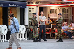 Soldiers Public Relations (Kraf T Photography) Tags: canon canon700d 700d photography antwerp belgium candid street streetphotography natural notposed soldier civilised social workingwiththecommunity quickbreak talking engaging interacting soldiers communicating protecting patrolling onguard