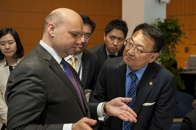 František Palko (l) and Il-ho Yoo (r) in discussion at the roundtable