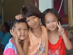 cute girls (the foreign photographer - ) Tags: girls cute sign portraits children thailand nikon peace bangkok lard bang bua khlong bangkhen d3200 phrao jun112016nikon