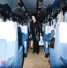 Viaggiatrice nel corridoio di una vettura Salone Gran Comfort (1976) (Ferrovie dello Stato Italiane) Tags: stazione treno fs treni ferrovie carrozze viaggiatori fondazionefsi