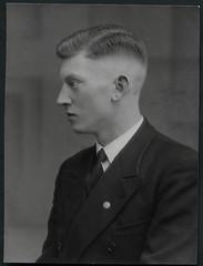Archiv EE468 Portrt eines jungen Mannes, 1930er (Hans-Michael Tappen) Tags: portrait 1930s portrt anzug kleidung haarschnitt jungermann 1930er doppelreiher archivhansmichaeltappen