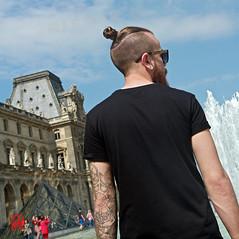 Un tattoo de pilier de bar ? (mamnic47 - Over 6 millions views.Thks!) Tags: paris tattoo louvre tatouage coude pyramidedulouvre toiledaraigne lesgens img1019 paris1er 27052016