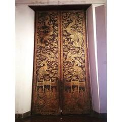 ด้านในบานประตูกลาง ของพระที่นั่งอิศราวินิจฉัย มีภาพจิตรกรรมศิลปะแบบพระราชนิยมในสมัยรัชกาลที่ 3 คือ เขียนเป็นลายกระบวนจีน ด้วยเทคนิคสีฝุ่นผสมรักตัดเส้นโรยฝุ่นทองตามแบบศิลปะจีน หรือเรียกว่าลายกำมะลอ มีการใช้สีเพียง 3-4 สี คือสีแดง สีเขียว สีทอง บนพื้นหลังสี