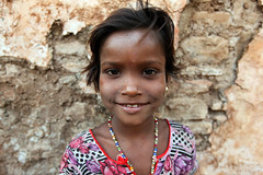 Little girl  Bundi (Julien Mailler) Tags: world travel portrait people india girl kids children asian julien kid asia child little indian asie indien rajasthan inde nationalgeographic asiatique bundi rajasthani reflectionsoflife lovelyphotos jules1405 unseenasia earthasia mailler unseenindia