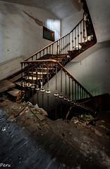 Escalera 2 planta (Perurena) Tags: light luz stairs shadows decay ruina mansion sombras escaleras escombros abandono urbex barandilla vandalismo peldaos urbanexplore hierroforjado