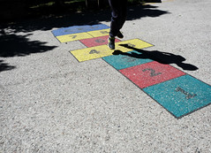 (Markus' Sperling) Tags: boy shadow jump child play ombra sombra infantil toss pitch juego nio saltar rayuela xarranca sambori juagr