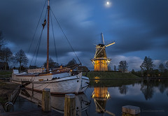 ♫ Daar was laatst een meisje loos...........♫ (Reina Smallenbroek) Tags: mill netherlands boat ship song bluehour friesland molen dokkum schip liedje greatphotographers betterthangood canonnl blauweuur photographyforrecreationlv2 lenteinnederlandenvlaanderen reinasmallenbroek nicelv2 daarwaslaatsteenmeisjeloos buildlv2
