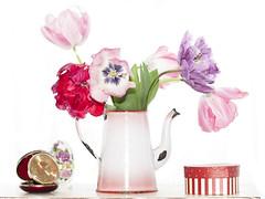 Decorar con tulipanes. (RosanaCalvo) Tags: tulips pascua caja colores reloj huevo bolsillo tulipanes tetera florero jarrn