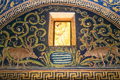 Ravenna: Mausoleum der Galla Placidia, 425-450 (Anita Pravits) Tags: italien italy window italia mosaic fenster chapel mausoleum ravenna emiliaromagna mausoleo mosaik kapelle quelle alabaster saintlawrence sanvitale earlychristian hirsche gallaplacidia hllaurentius frhchristlich kreuzbau laurentiuskapelle