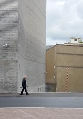 on the Move (rothlisbergerthomas) Tags: museum fassade regenschirm