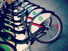 Sur deux roues<>On two wheels. (France-) Tags: toronto bike noir 21 rental location vert transportation ville vlo mots roue bikeshare