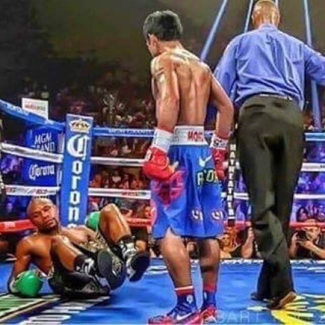 Ohhhh sshhhhhh.. He didnt see that one coming. 😂😂😂😂😂Is that whats going to happen tonight?#Mayweather or #Pacquiao? #Manny #boxing