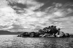 Paraty Brasile (www.lucegrafia.com/html/portfolioGiuseppe.html) Tags: sea sky bw white black brasil paraty clouds island nuvole mare sony palm cielo palme brasile giuseppe isola rx100 stanfa