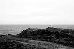 Silueta. (mmmmarta93) Tags: sea costa blancoynegro beach mar paisaje silueta acantilado rocas valdovio airelibre figura monocromtico