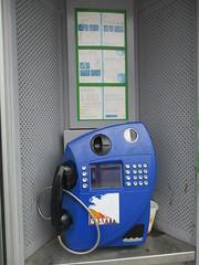 Interieur oude telefooncel in Den Bosch (RaAr2010) Tags: kpn denbosch straatbeeld stationsplein telefooncel straatmeubilair ptttelecom oudstraatbeeld oudstraatmeubilair oudetelefooncel
