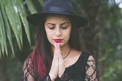 Transition ! (Patthy-Dellani) Tags: pose arte retrato vermelho fotografia transition espiritualidade lagrima meditao chapus divindade tonalidades