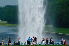 Un mur d'eau pour les cyclistes de Blue Bike Tours (mamnic47 - Over 6 millions views.Thks!) Tags: soleil waterfall versailles olafureliasson gens touristes leau grandeseaux visiteurs img1865 lesgens parcdeversailles bluebiketours grandeseauxdumardi 07062016 expositionolafureliasson
