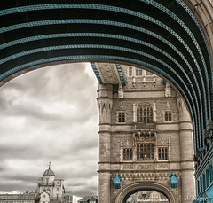 A different point of view. Towerbridge, London. (moniquevantorenburg) Tags: london towerbridge unitedkingdom pointofview framing engeland londen stedentrip citytrip doorkijkje standpunt