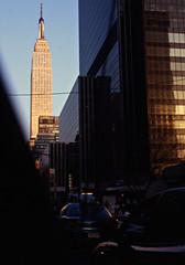 New York, Empire State Building dalla 33 St - Settembre 1995 (mario_ghezzi) Tags: usa newyork nikon kodak slide empirestatebuilding 1995 f3 nikkor nikonf3 diapositiva scannerizzata ectachrome marioghezzi nikkorzoome zoome3672 ectachrome100epp