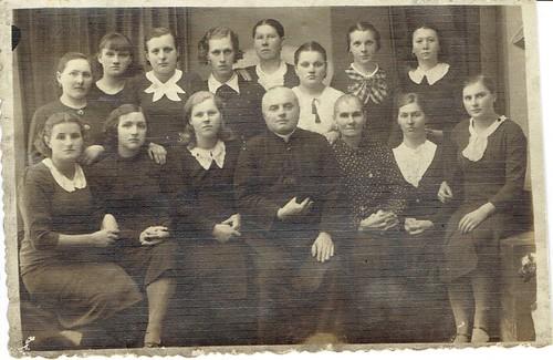 ks. Jan Węglicki z uczestniczkami kółka różańcowego. Szydłowiec, koniec lat 30-tych