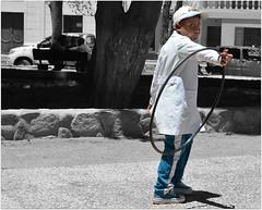 Nous avons vu cet écolier avec son cerceau et sa casquette, et vêtu comme les autres d'une blouse blanche. (Barbara DALMAZZO-TEMPEL) Tags: argentine sancarlos ruta40 uniforme écoliers valléescalchaquies provincedesalta