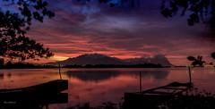 Sunrise na Lagoa de Jacarepagu - Rio de Janeiro (mariohowat) Tags: brazil brasil riodejaneiro sunrise natureza alvorada amanhecer noturnas longaexposio nascerdosol lagoademarapendi lagoadejacarepagu lagoasdoriodejaneiro lagoadecamorim