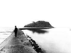 Lekeitio (Espagne) (mrjcrr) Tags: ocean road boy sea blackandwhite mer white mountain black beach boyfriend montagne landscape island spain view horizon ile roadtrip espana blacknwhite paysage espagne plage vue lekeitio onthe