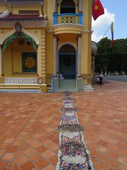 Een zijkant van de Cao Dai Temple (MTTAdventures) Tags: temple cao dai ingang stoffen